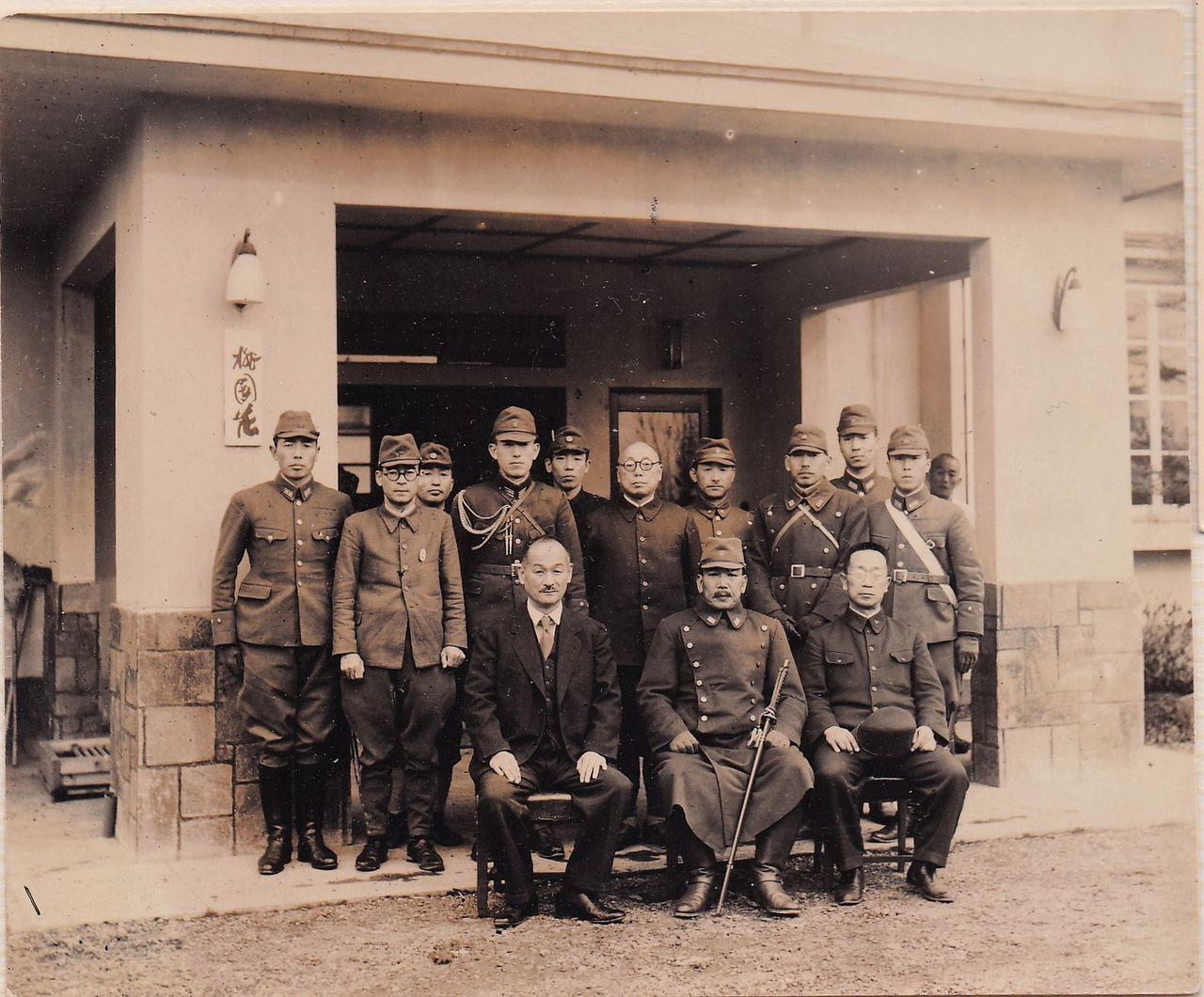 Хигути Киитиро (в первом ряду, в центре) во время визита в дивизию Карафуто в октябре 1944 года в качестве командующего 5-м фронтом (фото из личного архива Хигути Рюити)