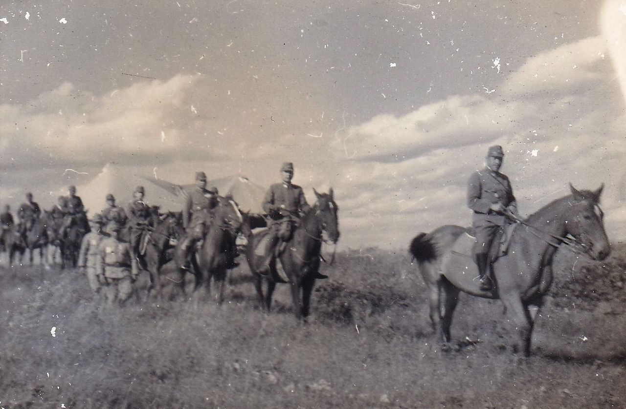 Хигути Киитиро (в центре) инспектирует участки тундры на северном Карафуто (Сахалин) в качестве командира 5-го фронта (фото из личного архива Хигути Рюити)