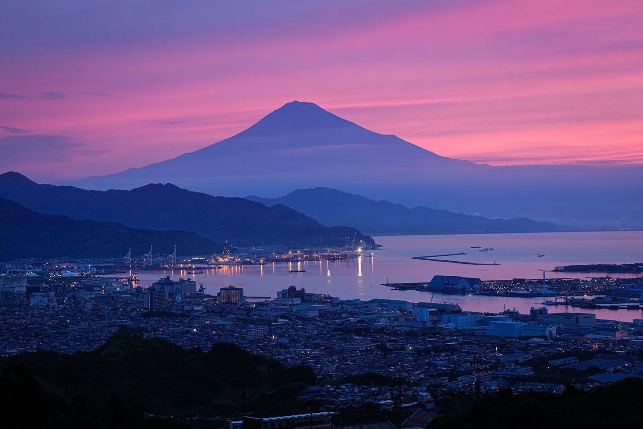 Силуэт горы перед восходом. Хасимуки снял это фото на плато Нихондайра и сразу же загрузил в социальные сети