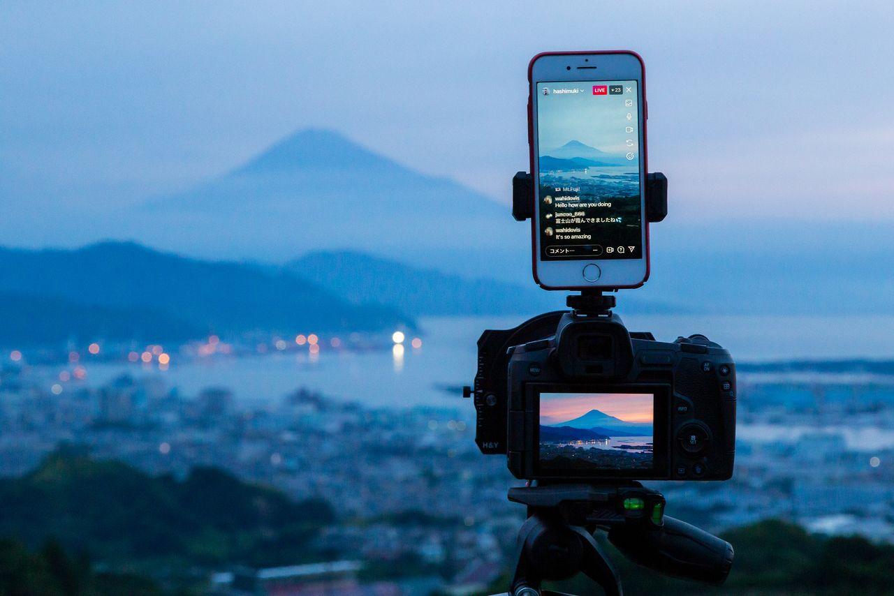 Хасимуки отправляет прямые трансляции в Instagram прямо со своего места съемки. Среди его последователей – люди со всего мира, которые комментируют на разных языках от английского до арабского. Вторую камеру он использует для покадровой видеосъемки