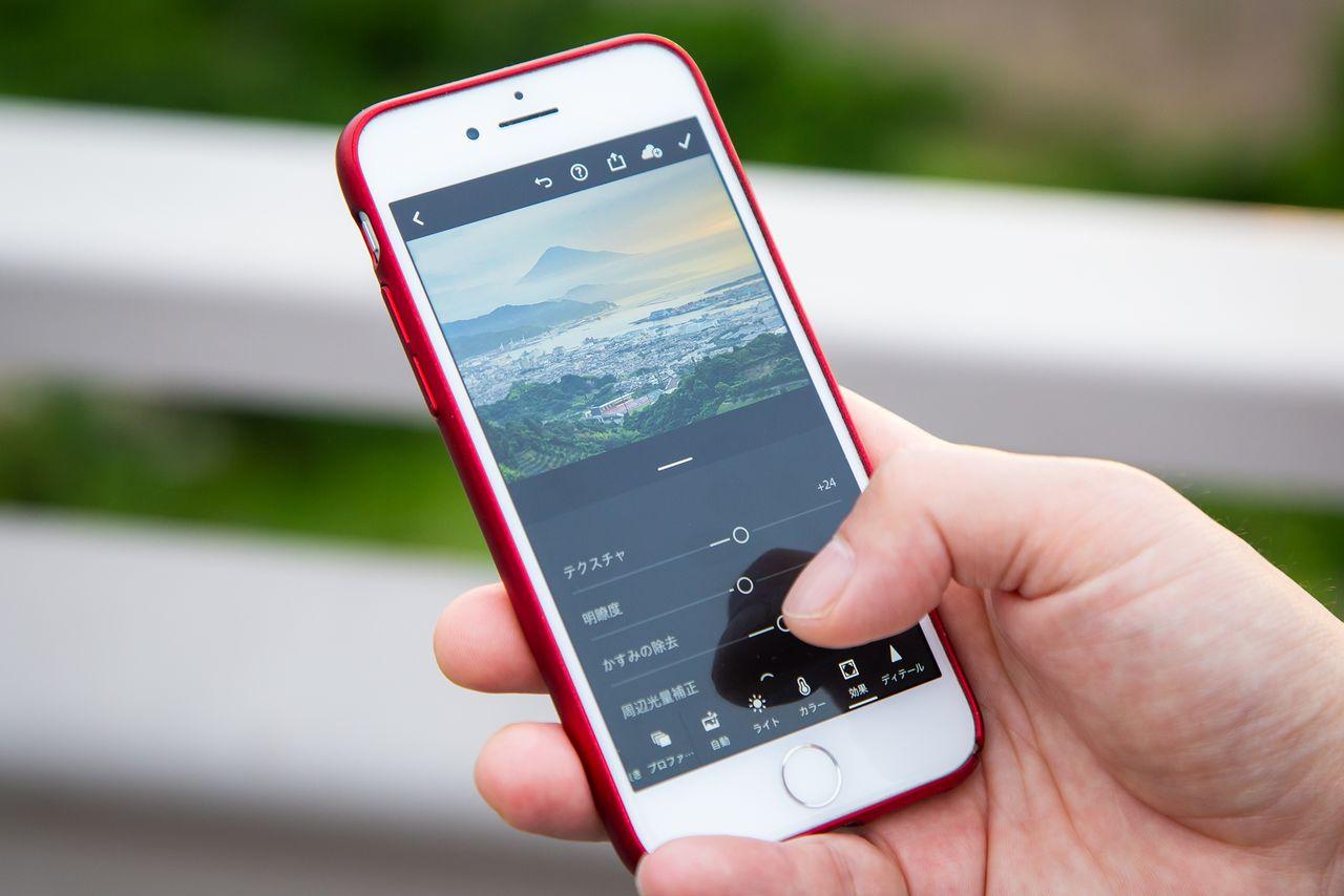 Хасимуки использует приложение для смартфона, чтобы редактировать снимки на месте. Он очень современный фотограф и редко пользуется компьютером, обычно используя смартфон, чтобы загружать фотографии для печати или отправки издателям (©Nippon.com)
