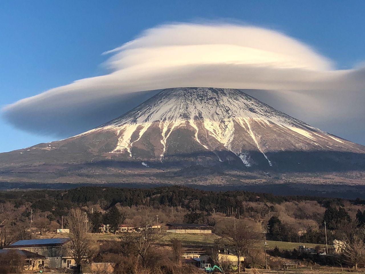 Снимок, который массово распространился в соцсетях. Он сделан под удачным углом и позволяет увидеть нижнюю сторону гигантского облака в форме линзы