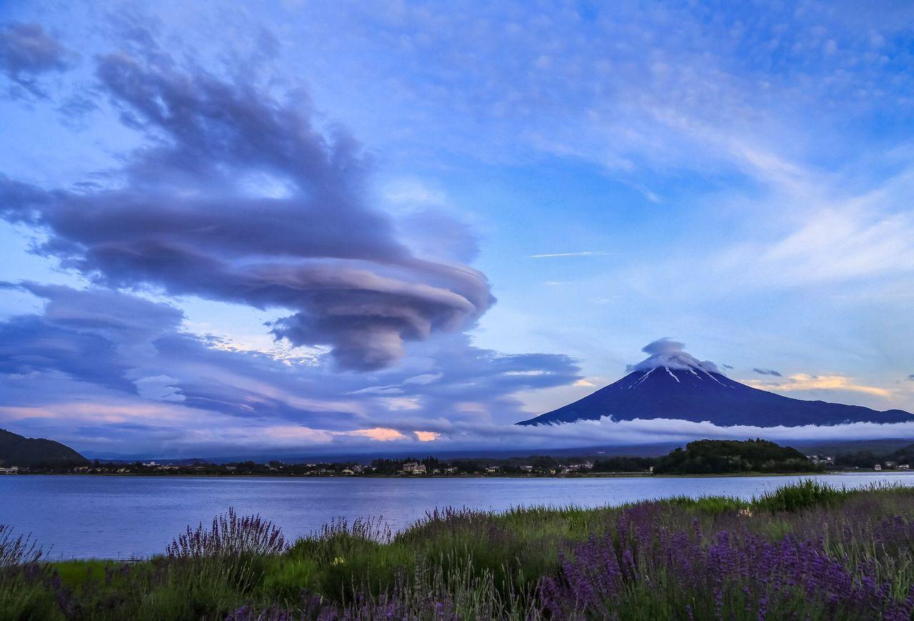 Эта фотография облака, напоминающего летающую тарелку, получила массу комментариев от самых разных людей, от исследователей погоды до поклонников оккультизма и приверженцев аскетической горной практики сюгэндо