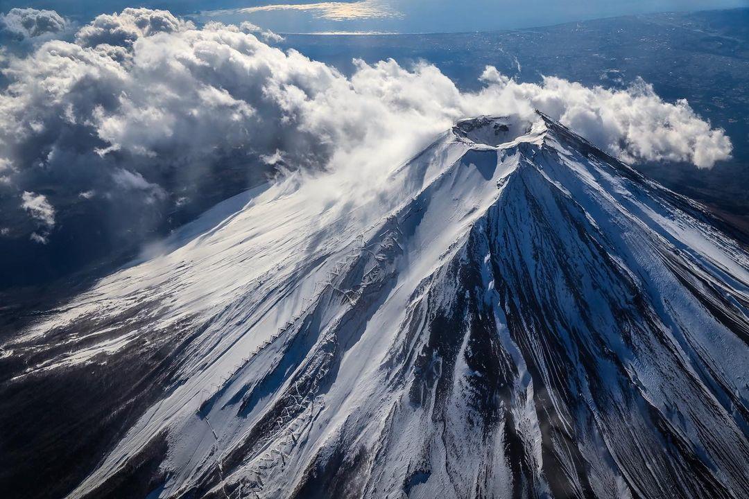 Хасимуки с другими фотографами вместе арендовали самолёт Cessna, с которого был сделан этот яркий снимок кратера Фудзи