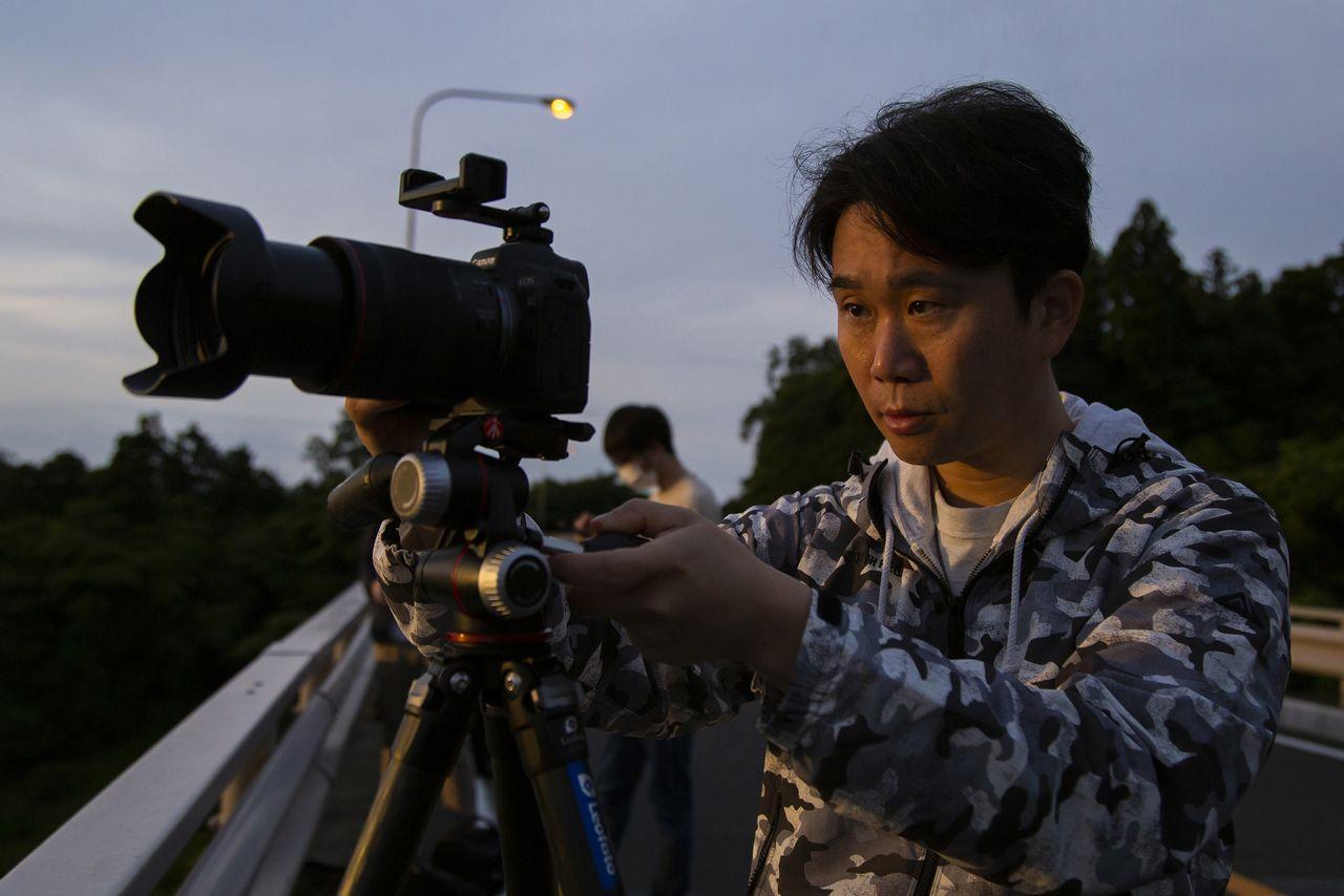 Хасимуки настраивает камеру на рассвете (©Nippon.com)