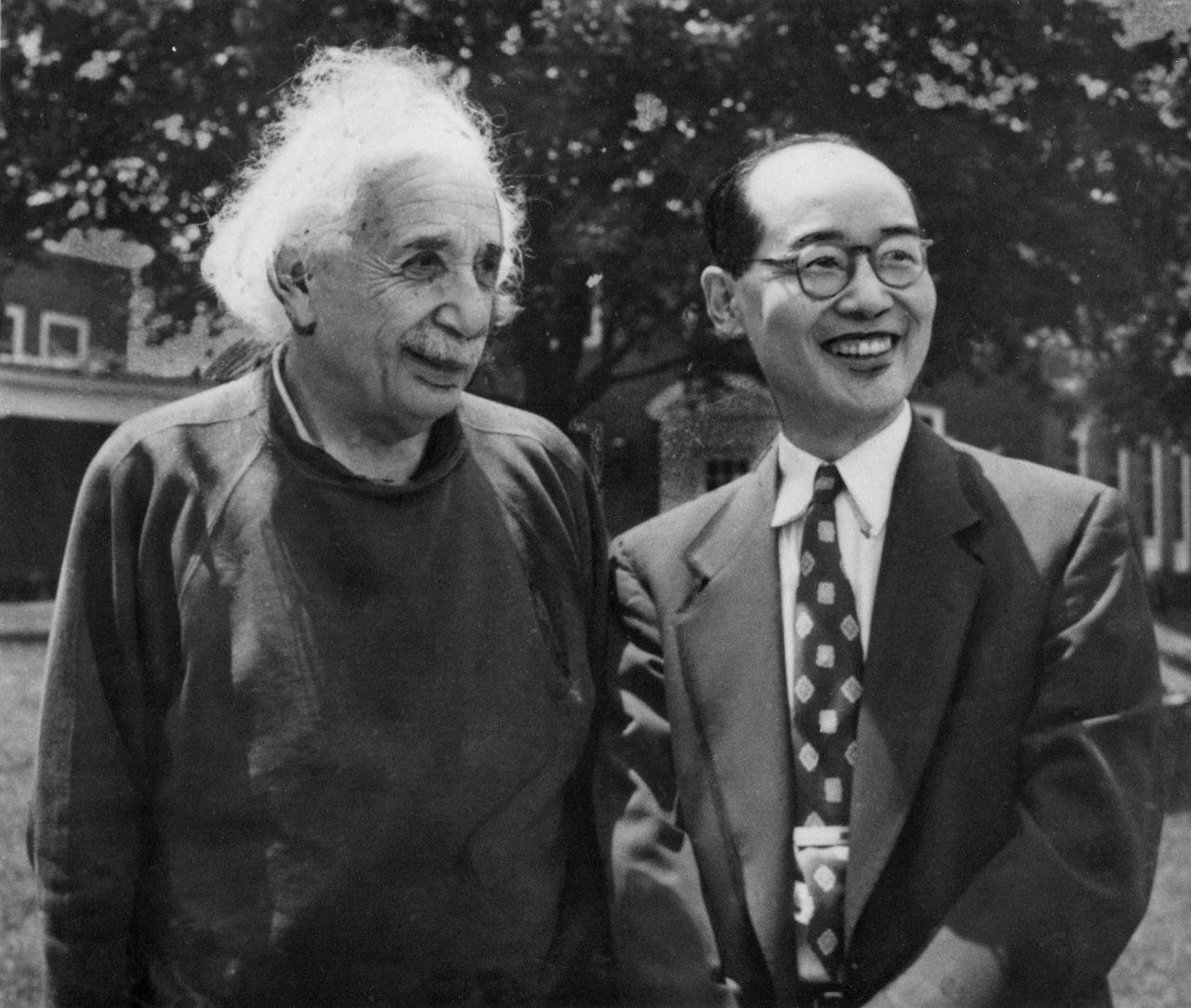 Юкава (справа) и Альберт Эйнштейн в Институте передовых исследований (Принстон, штат Нью-Джерси), июнь 1953 г. (© газета «Майнити Симбун», Aflo)