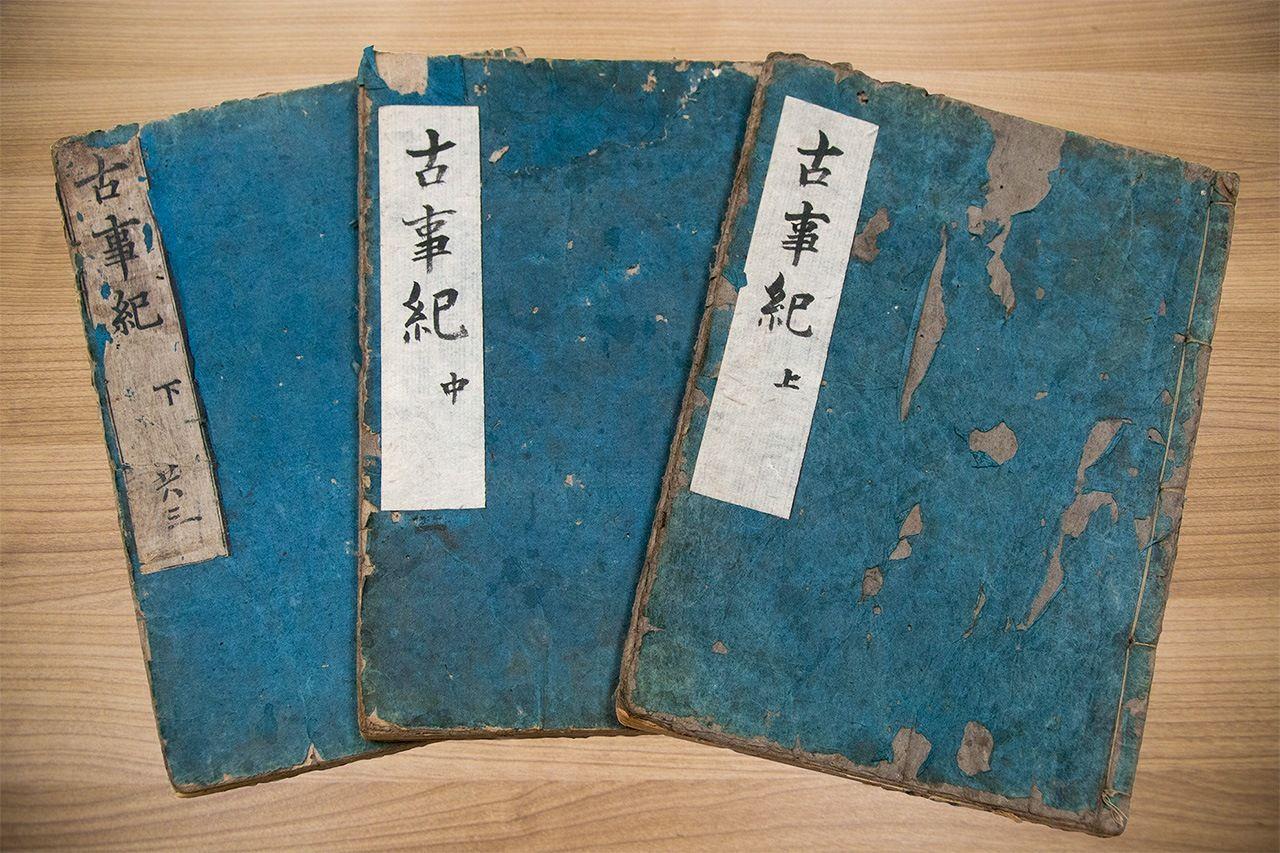 «Записи о деяниях древности» (Кодзики) годов Канъэй (1644), первое ксилографическое издание этой книги (фотография Nippon.com)