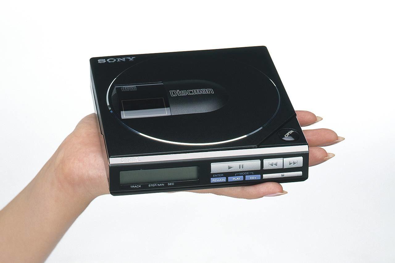 Первая модель Discman D-50 - устройства, позволяющего слушать на ходу компакт-диски, поступила в продажу в 1984 году
