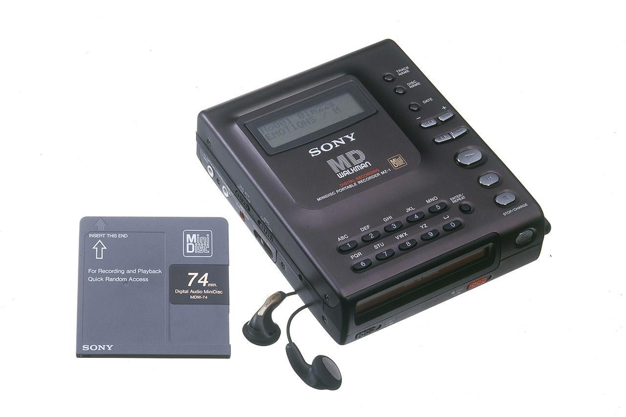 Первая модель MD-Walkman MZ-1 – устройства, использующего перезаписываемые мини-диски – поступила в продажу в 1992 году