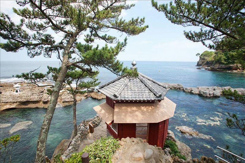 Павильон Роккакудо, который Окакура построил на береговой линии Изура в северной части префектуры Ибараки в 1905 году как место для уединения и размышлений. Здание было уничтожено цунами во время Великого восточно-японского землетрясения 11 марта 2011 года, и восстановлено в 2012 г. (фотография предоставлена Университетом Ибараки)