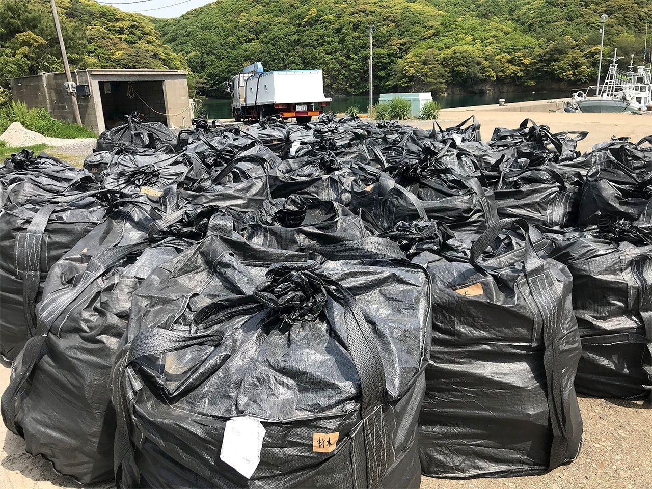 Мешки, набитые морским мусором, в порту Цусимы