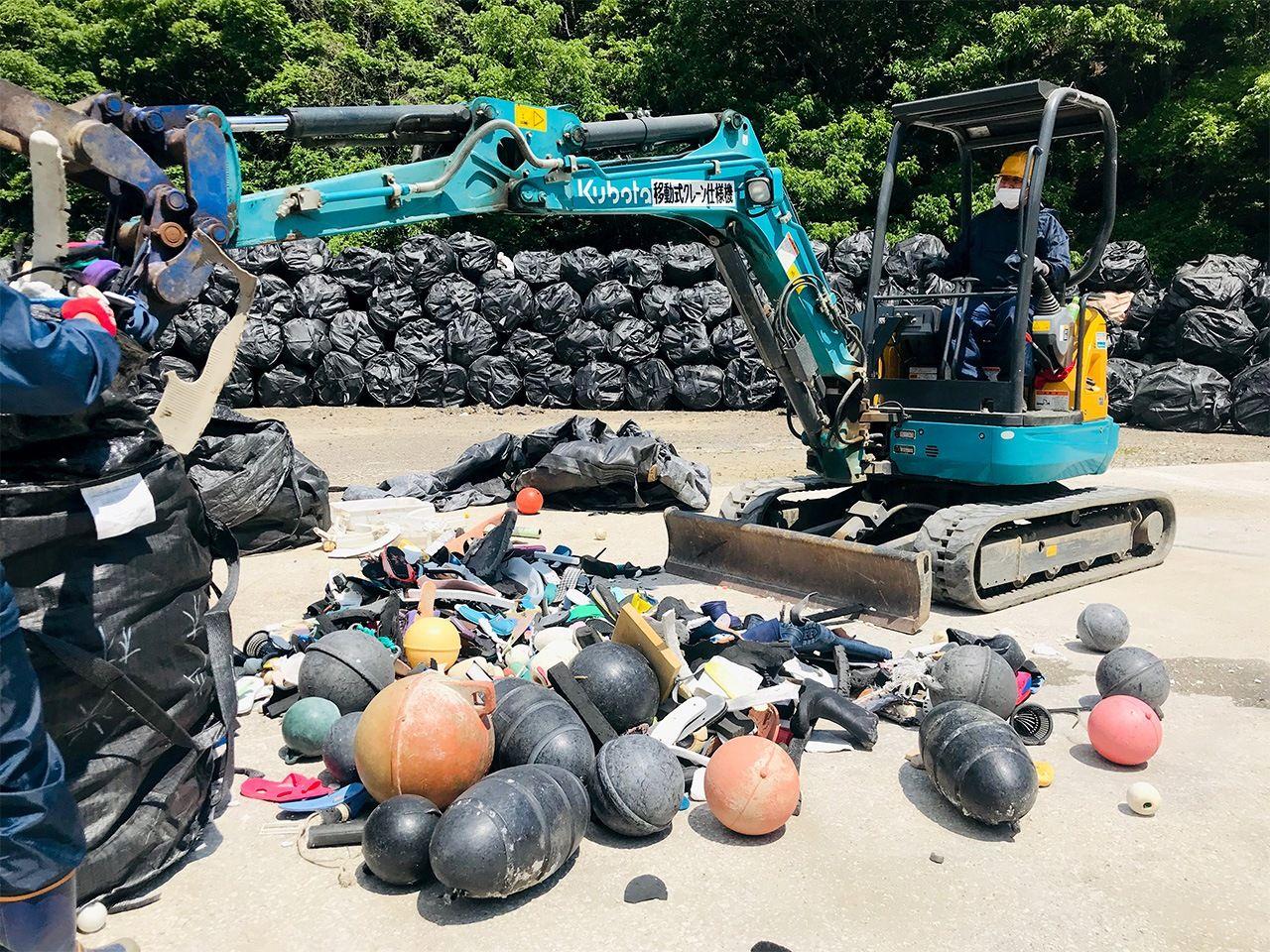 Рабочий сортирует морской мусор