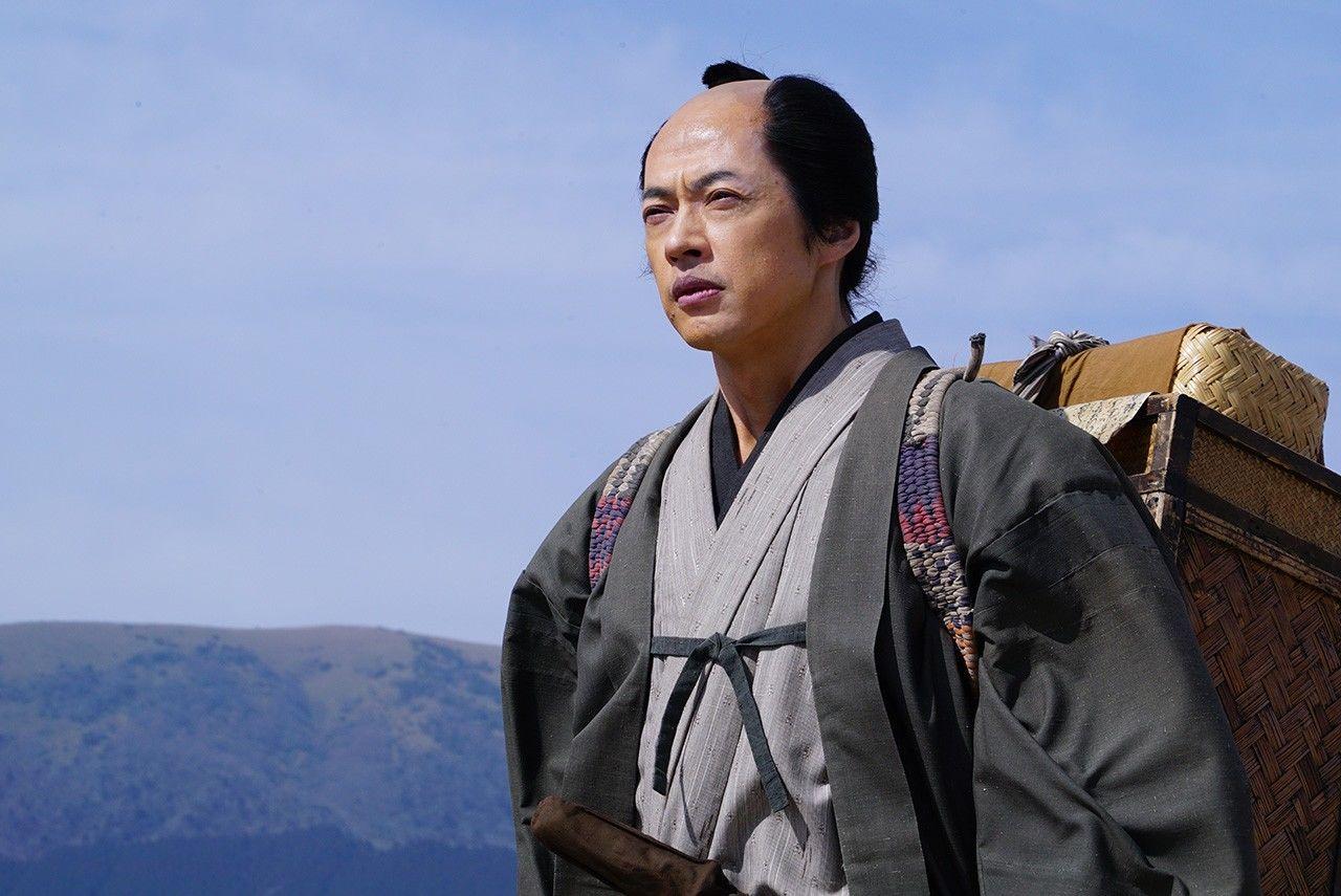 Испытания и триумфы ждут Ниномию (актёр Года Масаси) на новой должности в Сакурамати (© Производственный комитет фильма «Ниномия Киндзиро»)