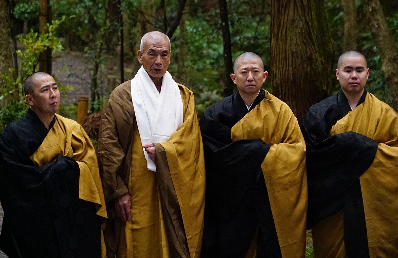 Буддийские монахи Наритасан Синсёдзи с любовью прощаются с Ниномией, когда он возвращается в Сакурамачи, вооруженный новым духовным пониманием. (© Производственный комитет фильма «Ниномия Киндзиро»)