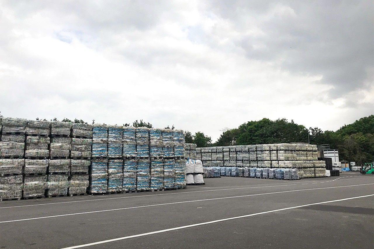 Тюки использованных ПЭТ-контейнеров ждут утилизации