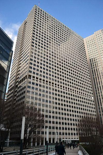 Первый в Японии небоскрёб – здание Касумигасэки, построенное в 1968 году. Его высота составляет 147 метров, здание имеет 36 надземных и 3 подземных этажа. И сейчас, более чем 50 лет спустя, это полностью функционирующее офисное здание, хотя сегодня даже не входит в сотню лучших небоскрёбов Японии