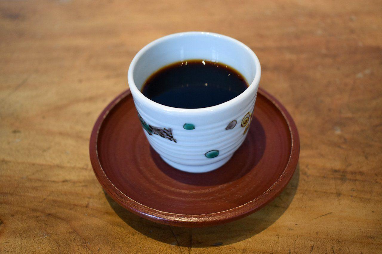 Дайбо использует 25 граммов зерен для приготовления одной чашки кофе – более чем вдвое больше обычного количества – и подает свой напиток в крохотной кофейной чашечке объёмом 50 мл
