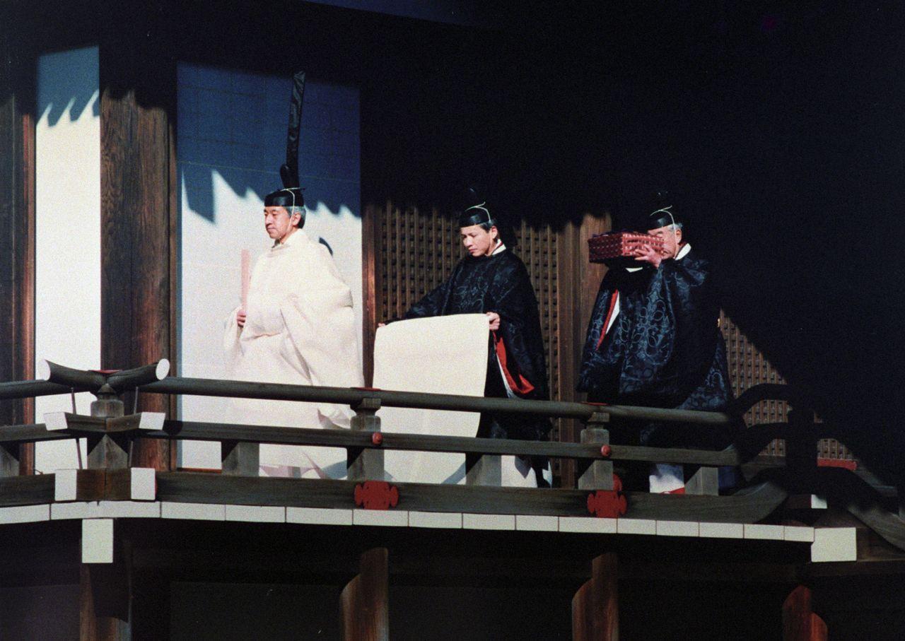 Император Акихито (нынешний почётный император) перед совершением церемонии Сокуирэй Касикодокоро оомаэ-но ги, 12 ноября 1990 г., Касикодокоро, одно из Трёх дворцовых святилищ («Ёмиури симбун»)