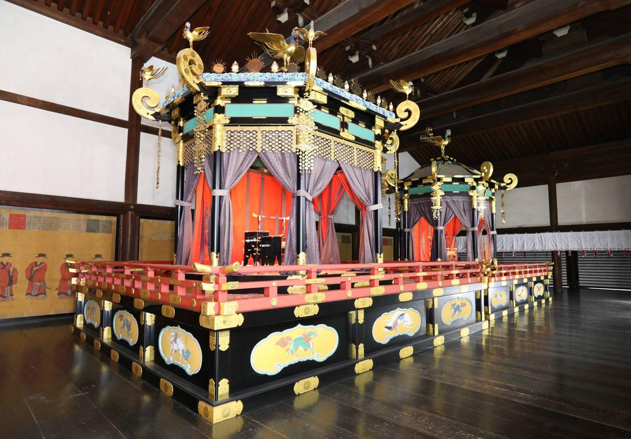 Троны Такамикура и Митёдай, выставленные для представителей прессы в апреле 2018 г. в императорском дворце в Киото; в декабре 2019 г. и январе 2020 г. они будут экспонироваться для широкой публики в Токийском национальном музее в Токио, а в марте 2020 г. – в императорском дворце в Киото (Jiji Press)