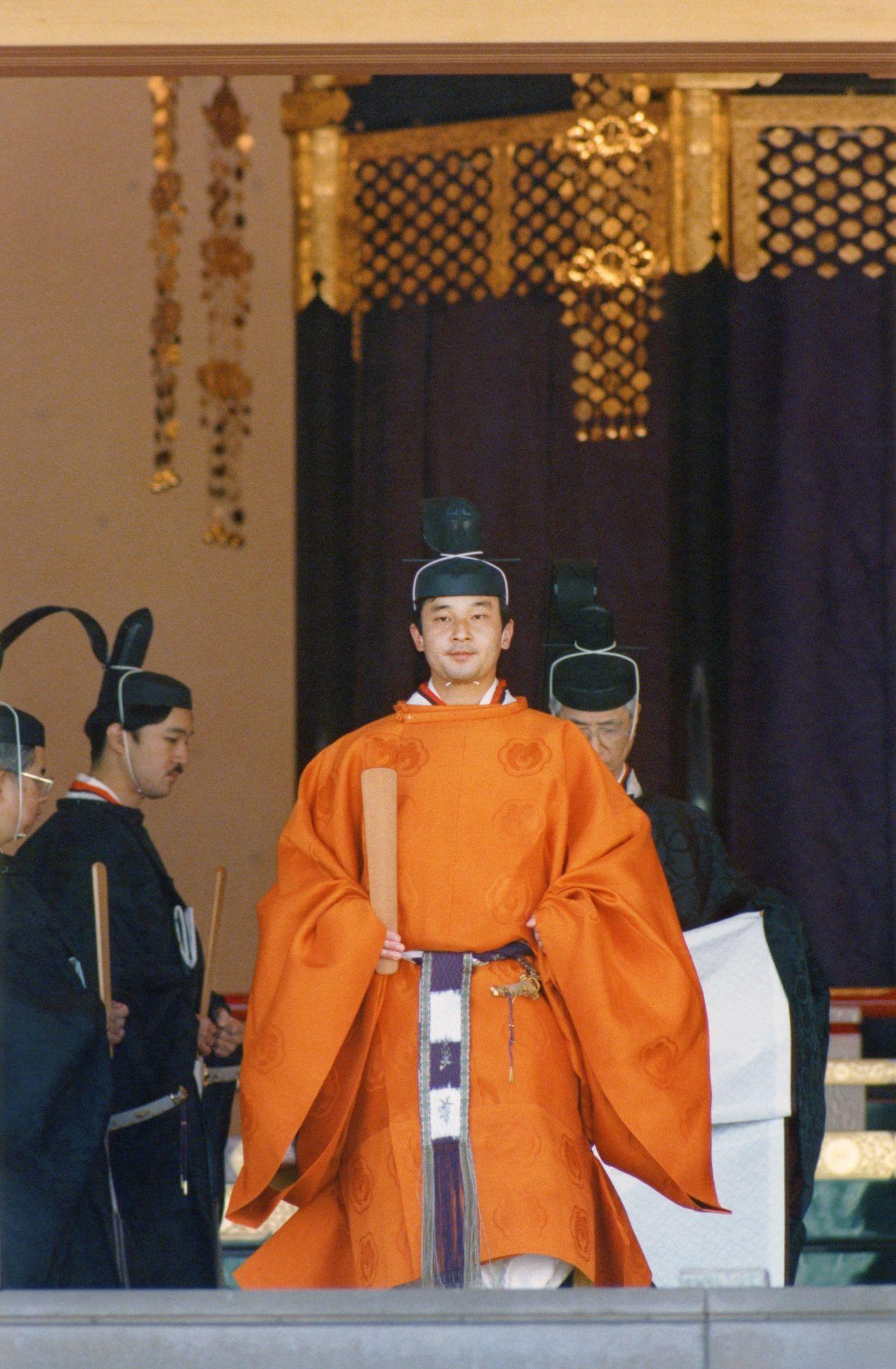 Наследный принц Нарухито (нынешний император) в церемониальной одежде онинохо во время церемонии Сокуирэй Сэйдэн-но ги. 12 ноября 1990 г., зал Мацу-но ма (Jiji Press)