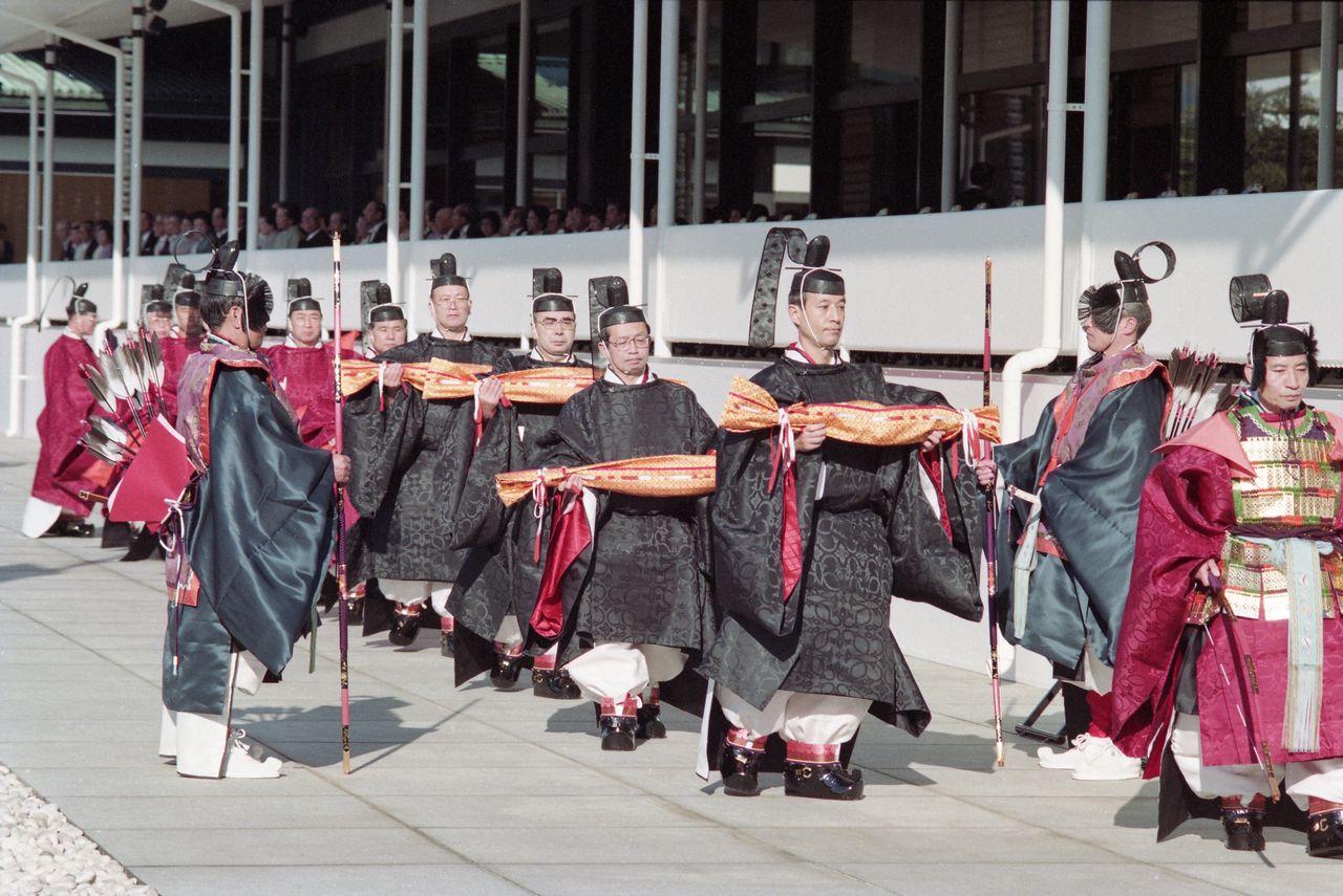 Работники Управления императорского двора несут мечи как подношение знаков императорского достоинства во время церемонии Сокуирэй Сэйдэн-но ги. 12 ноября 1990 г., («Майнити симбун»/Aflo)