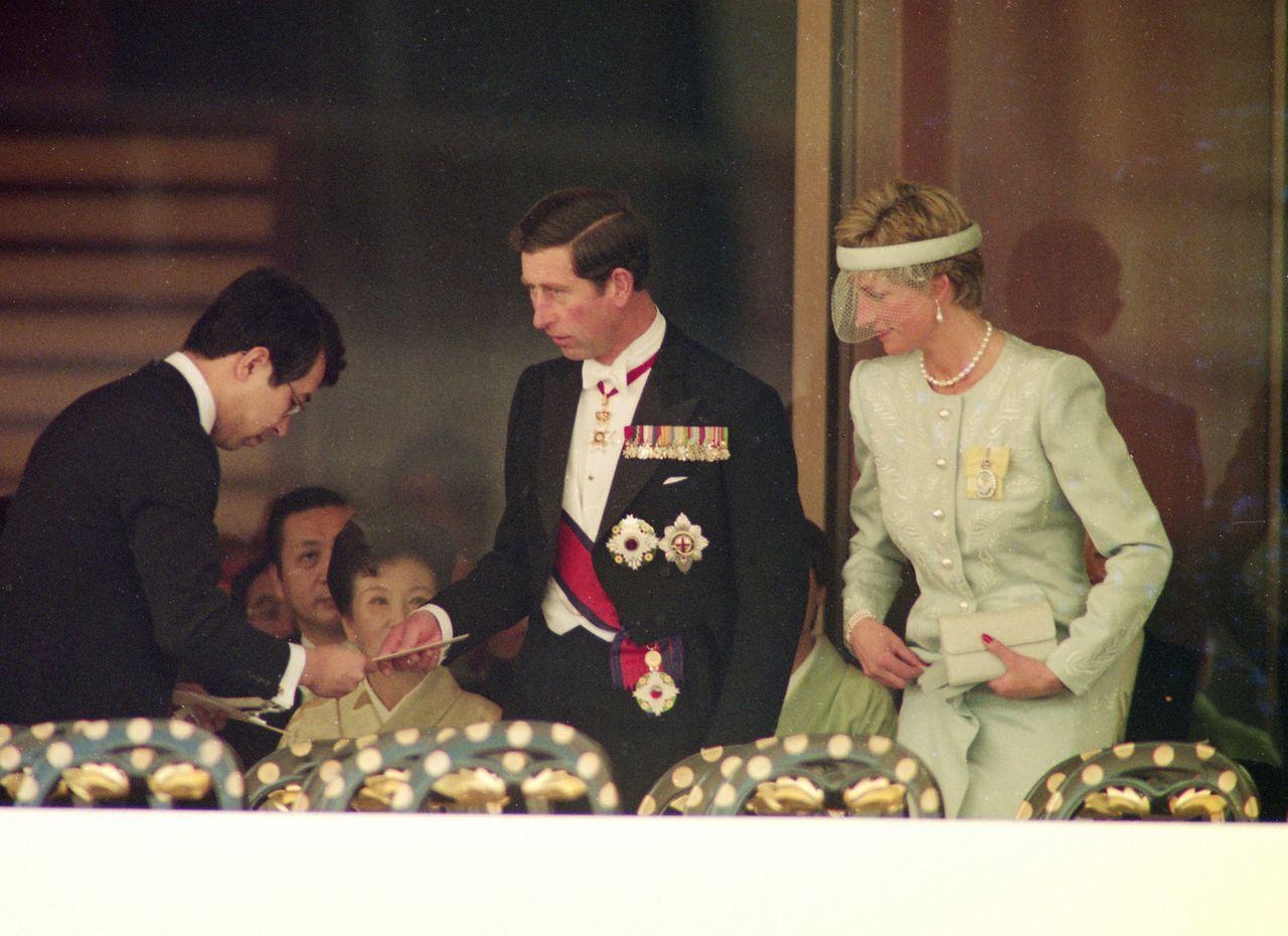 Наследный принц Чарльз и принцесса Диана во время церемонии Сокуирэй Сэйдэн-но ги. 12 ноября 1990 г., («Майнити симбун»/Aflo)