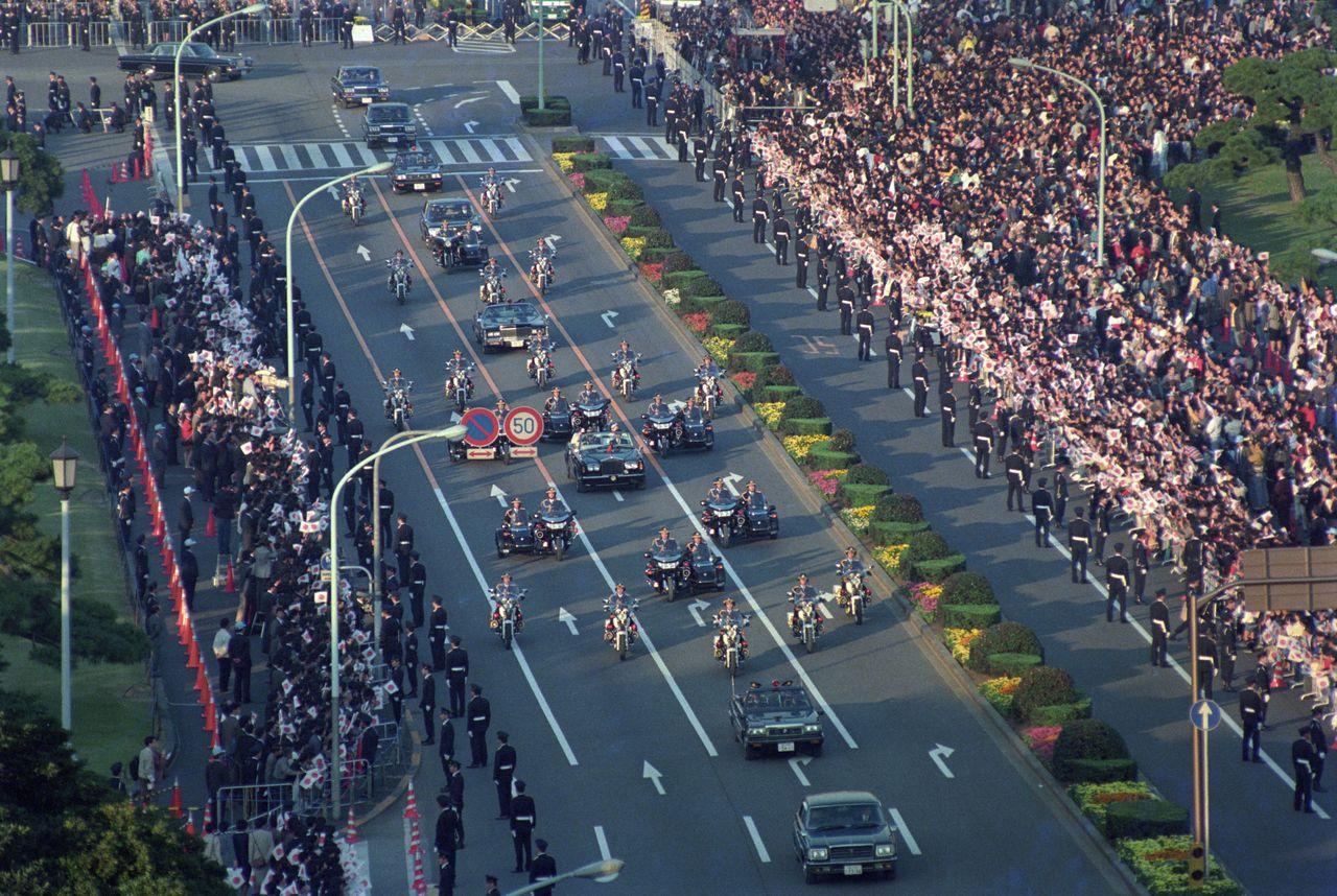 Праздничный кортеж Сюкуга онрэцу-но ги во время интронизации императора Акихито (сейчас – почётный император). 12 ноября 1990 г. («Ёмиури симбун»/Aflo)