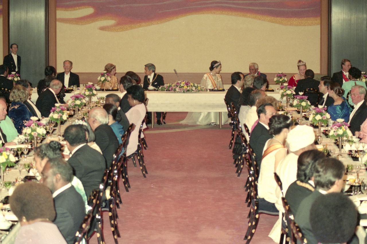 Банкет Гёэн-но ги во время интронизации императора Акихито. Императорская чета (нынешние почётные император и императрица) общаются с гостями. Зал Хомэйдэн императорского дворца, 12 ноября 1990 г. («Майнити симбун»/Aflo)