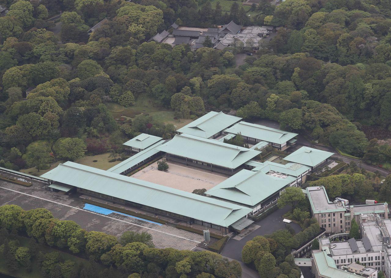 Императорский дворец и Три дворцовых святилища; церемония Сокуирэй Сэйдэн-но ги будет проводиться в зале Мацу-но ма и внутреннем дворе, фотография сделана 30 апреля 2019 г. (Jiji Press)