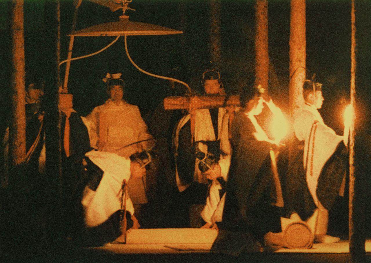 Император (сейчас – почётный император) в белоснежных одеждах направляется в павильон Юкидэн в ходе ритуала Дайдзёсай, 22 ноября 1990 г. (Jiji Press)