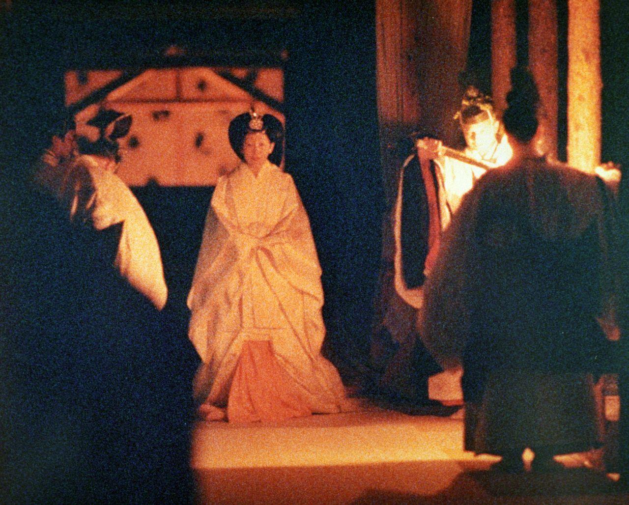 Императрица (сейчас – почётная императрица) в белом одеянии дзюнихитоэ идёт в святилище рядом с Юкидэн, 22 ноября 1990 г. (Jiji Press)