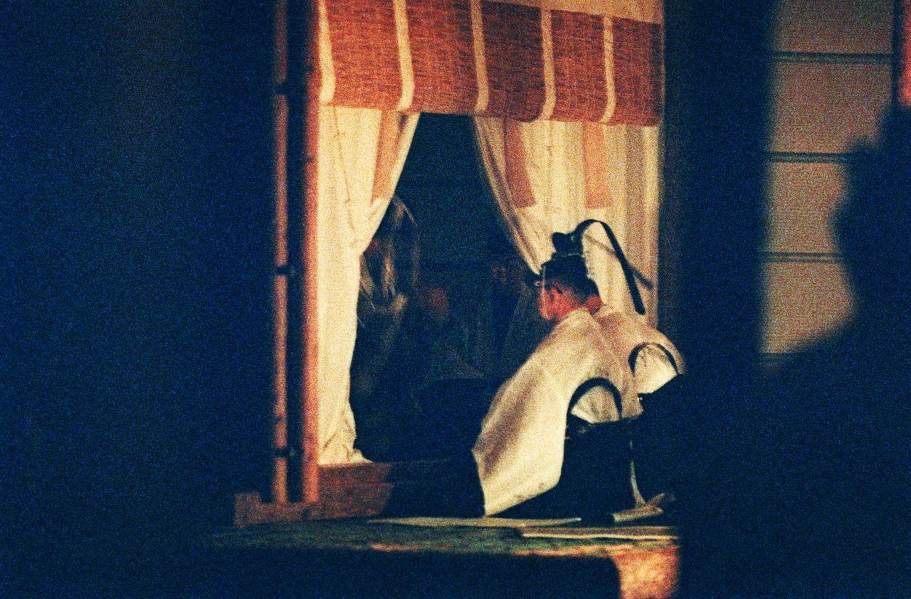 Во время предыдущего ритуала Дайдзёсай во время поднесения божествам приношений ненадолго открылся интерьер павильона Сукидэн, 22 ноября 1990 г. (Jiji Press)