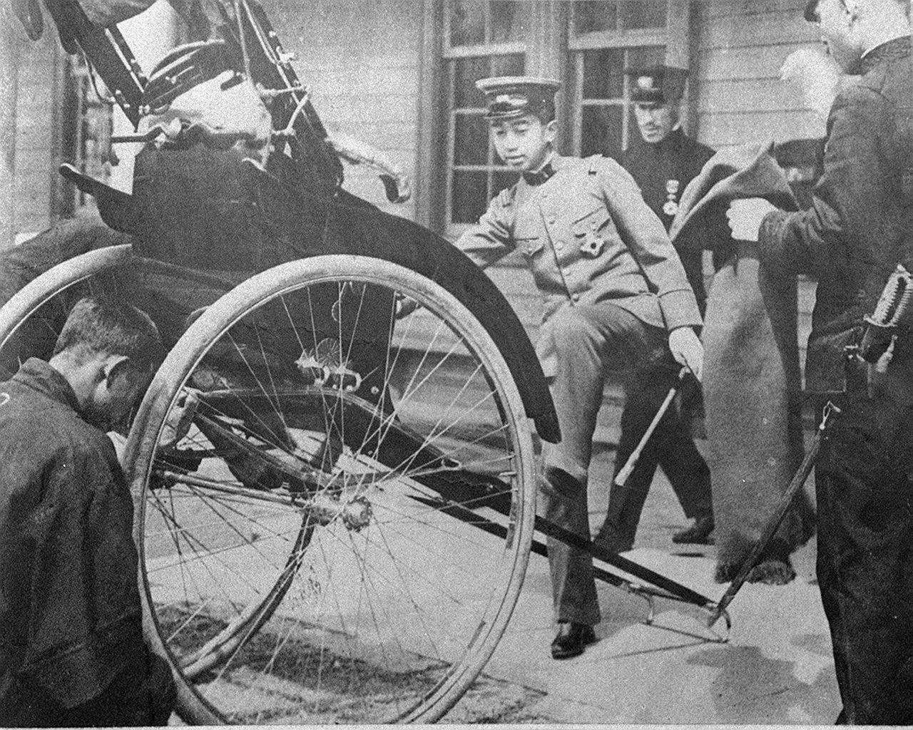 Четырнадцатилетний Хирохито в форме лейтенанта армии садится на повозку дзинрикися в районе Сага в Киото 7 апреля 1916 г. (© «Ёмиури симбун»)