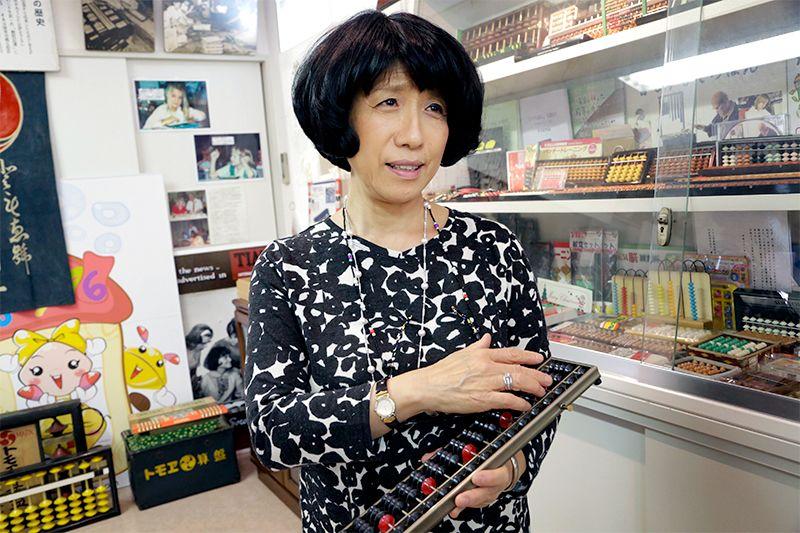 Фудзимото Томоэ, преподаватель английского языка, стала вторым президентом семейного предприятия «Томоэ Соробан»