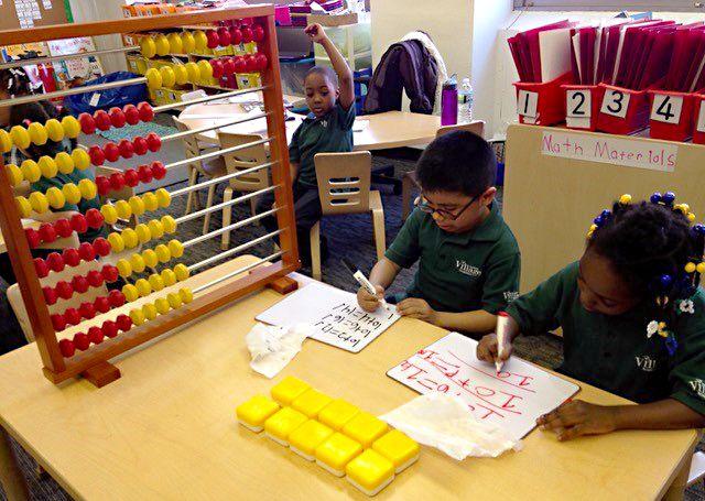 На уроках Harlem Village Academies (Нью-Йорк, США) используется соробан со 100 костяшками. Это одна из альтернативных школ, созданных за счёт государства и управляемых родителями, преподавателями и местными организациями (2014 год, фото предоставлено «Томоэ соробан»)