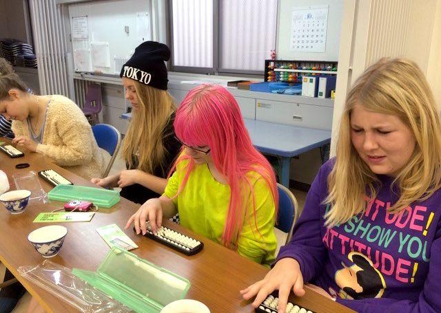 Старшеклассники из Дании, изучающие японский язык, ежегодно участвуют в мастер-классах соробана в рамках стажировки (2013 год, фото представлено «Томоэ соробан»)