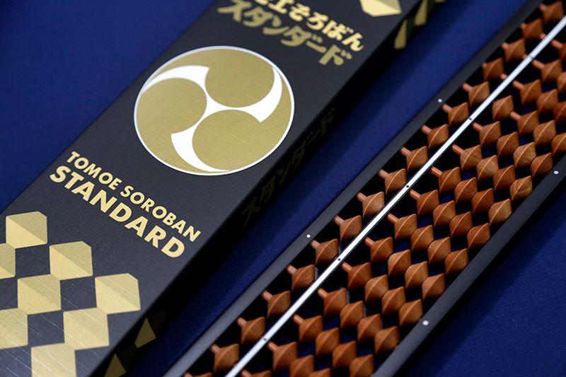 Стандартные счёты производства компании «Томоэ соробан» (4 000 йен + налог). Твёрдые прочные костяшки выполнены из японской берёзы