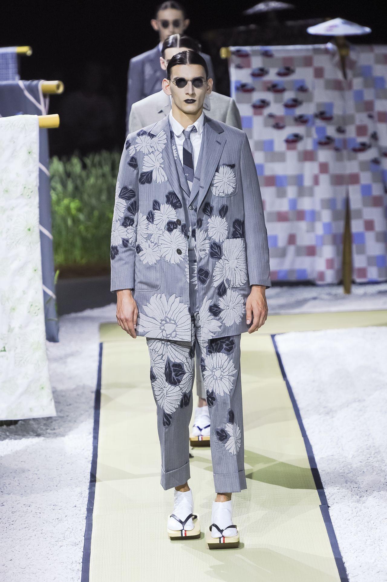Мужской костюм от Тома Брауна из коллекции весна / лето 2016. (© Fashion Press)
