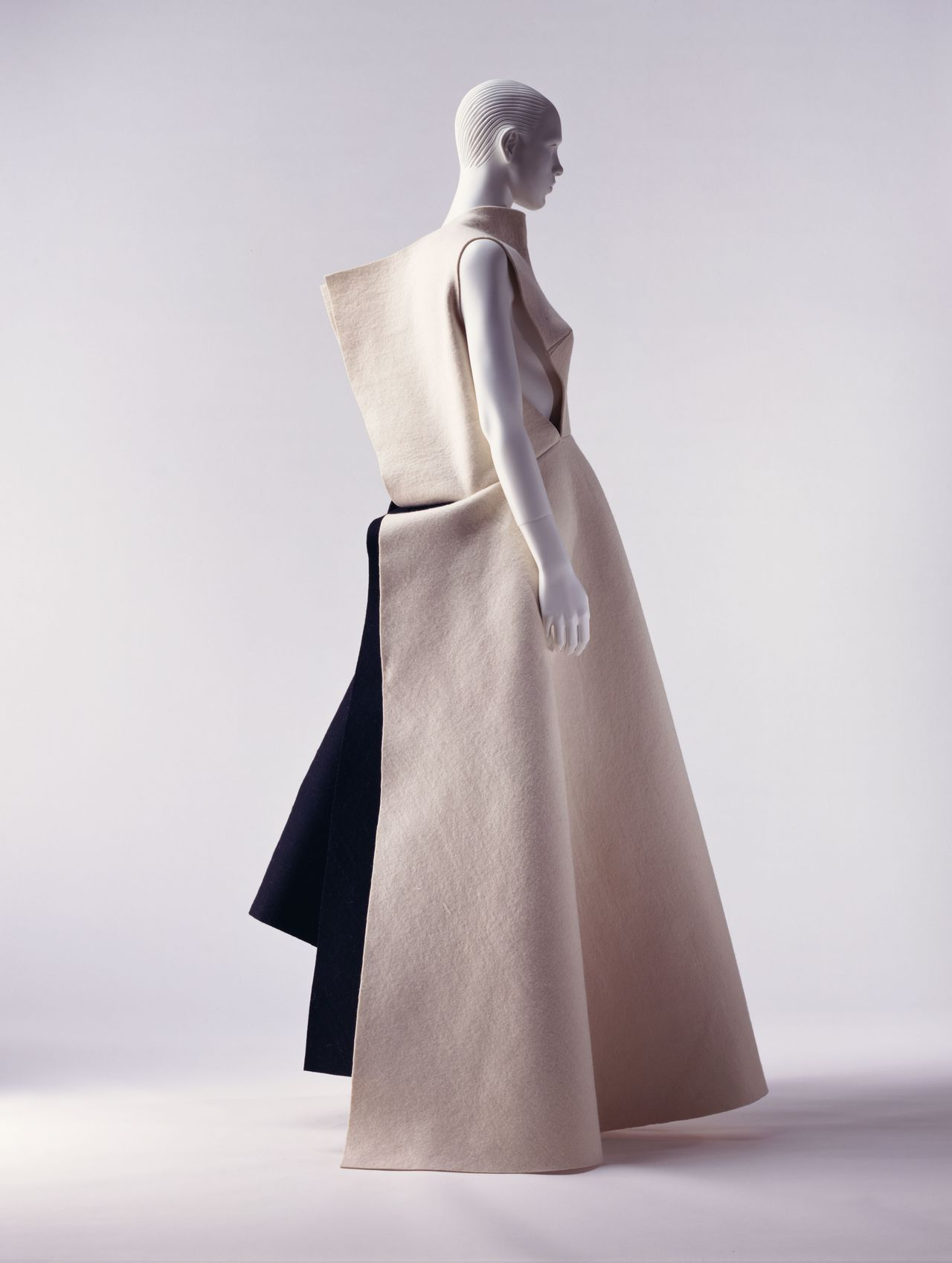 Платье и юбка от Ёдзи Ямамото, осень-зима 1996. Фото Хатакэямы Такаси (© Киотский институт костюма)