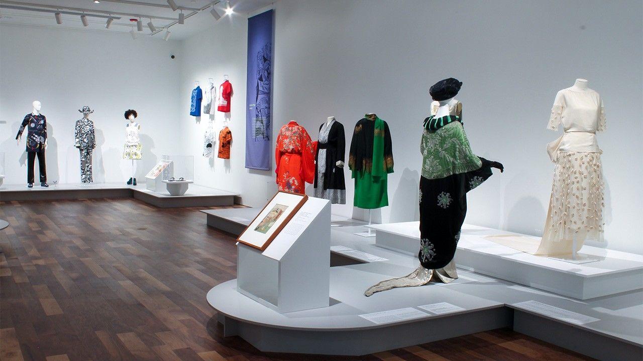 Экспонаты выставки Kimono Refashioned в музее Ньюарка, 2018 г. (© Майк Питерс)