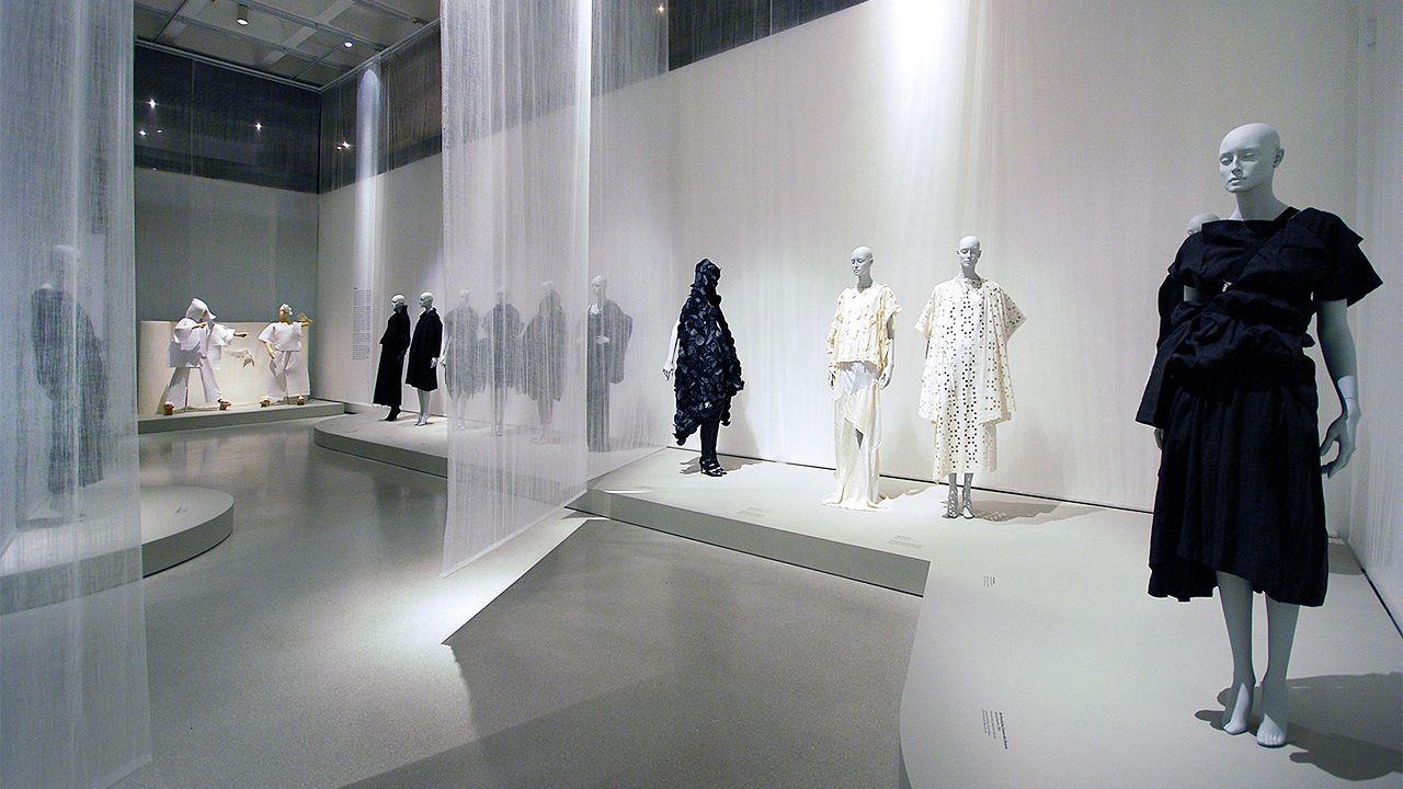 Работы Рэя Кавакубо, Ёдзи Ямамото и Иссэя Миякэ на выставке «Будущая красота: 30 лет японской моды », проходившей в арт-галерее Барбикан