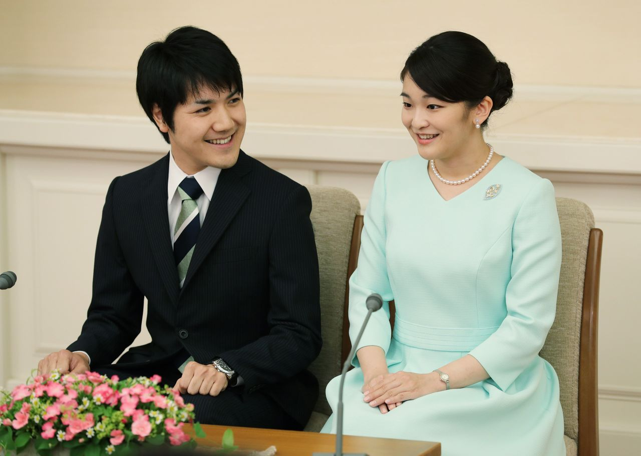 Принцесса Мако и Комуро Кэй во время пресс-конференции 3 сентября 2017 года в усадьбе Акасака-Хигаси в токийском районе Минато (представительская фотография Jiji Press)