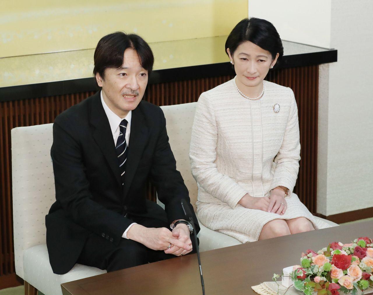 Принц и принцесса Акисино отвечают на вопрос репортёров о браке Мако на пресс-конференции по случаю 53-летия принца, 22 ноября 2018 года, резиденция Акисино в Мото-Акасака, Токио (представительская фотография Jiji Press)