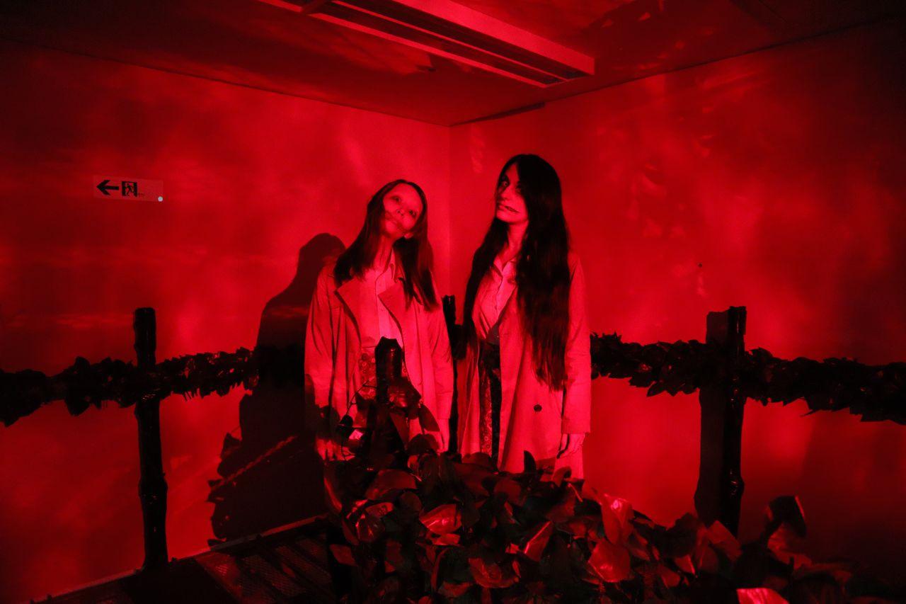 Дом с привидениями «Узкая тропа ужаса» (Кёфу-но хосомити), сюжет которого построен на «женщине с разрезанным ртом», расположен в торговой галерее Янагасэ в г. Гифу. Он работал с 2012 по 2019 год пять сезонов. (© Jiji)