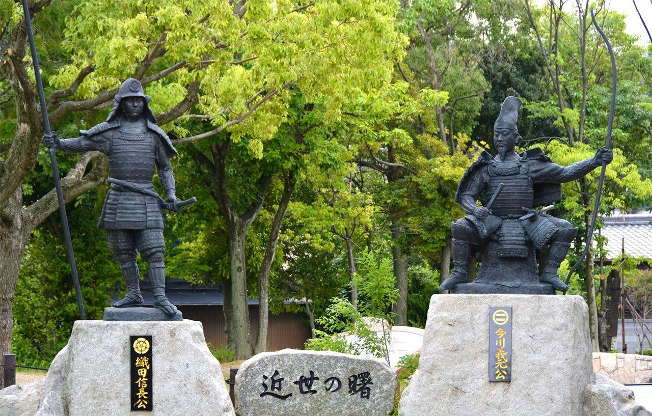 Мемориал битвы при Окэхадзама в Тоёакэ, преф. Айти. Статуи Ода Нобунага (слева) и Имагава Ёсимото (справа)(© Pixta)