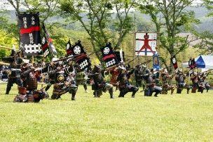 Ежегодная реконструкция битвы при Нагасино(предоставлено Ассоциацией туризма Синсиро)