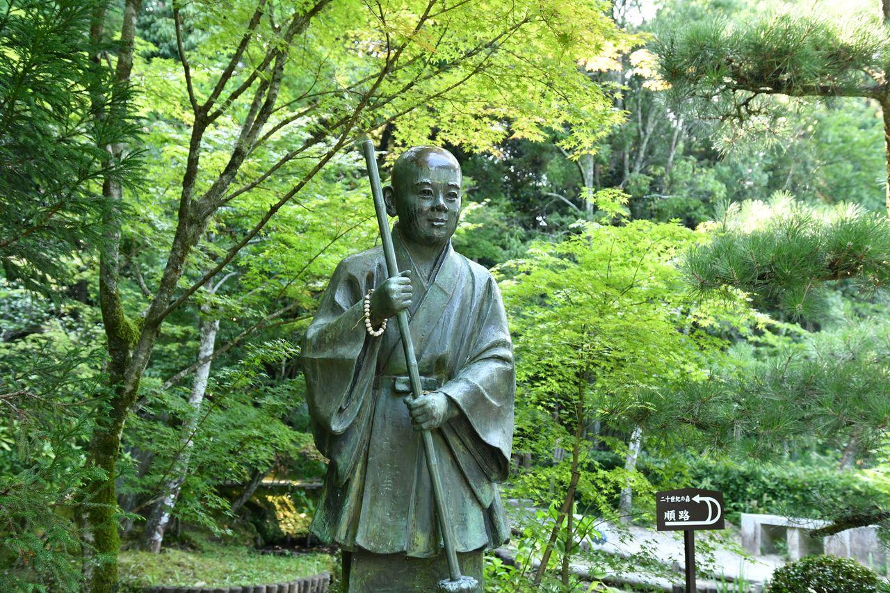 Статуя, изображающая Иккю в бытность послушником в храме Сюонъан – в аниме изображён именно в этот период (PIXTA)