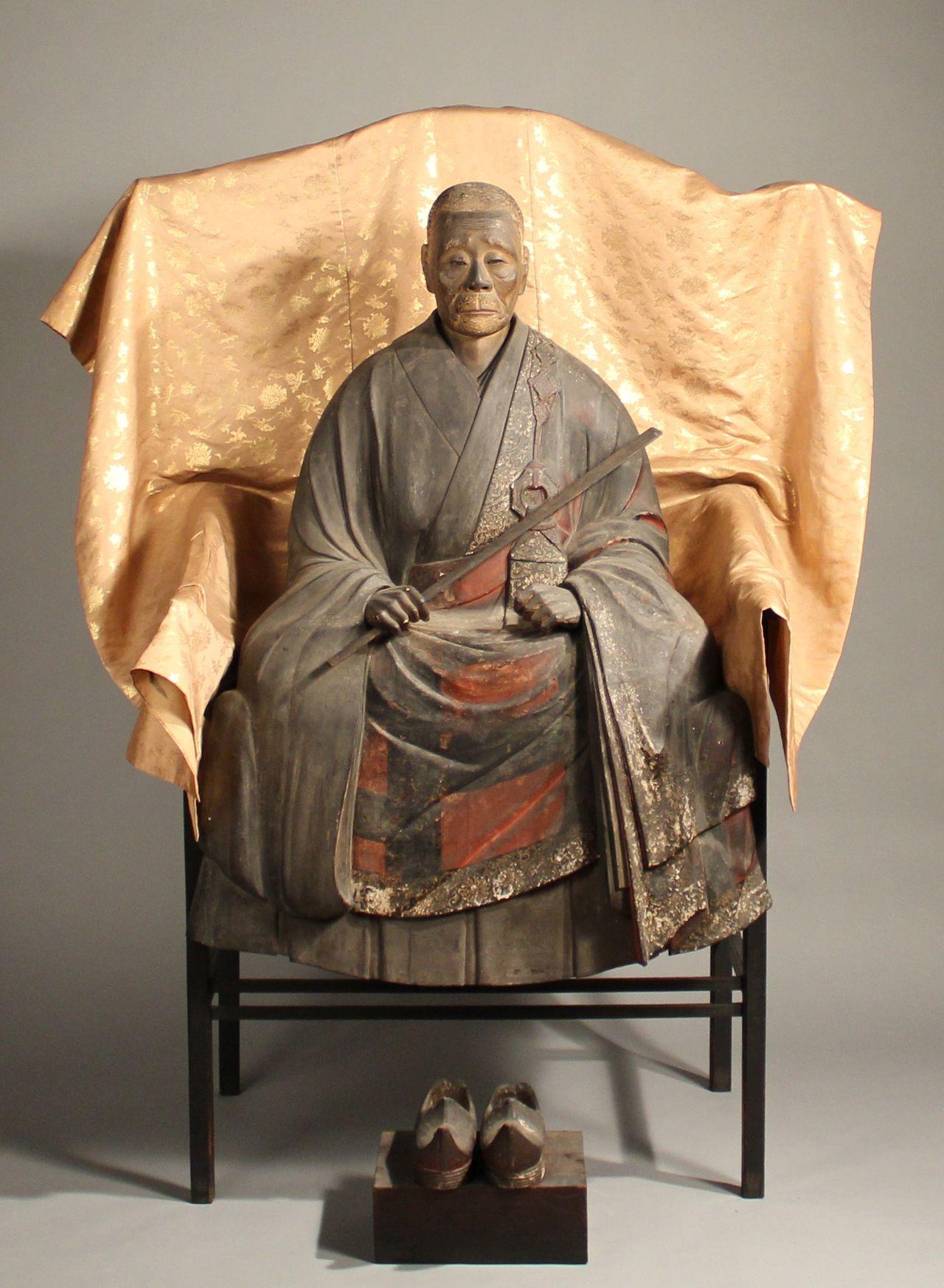 Деревянная статуя Иккю (хранится в храме Сюонъан)
