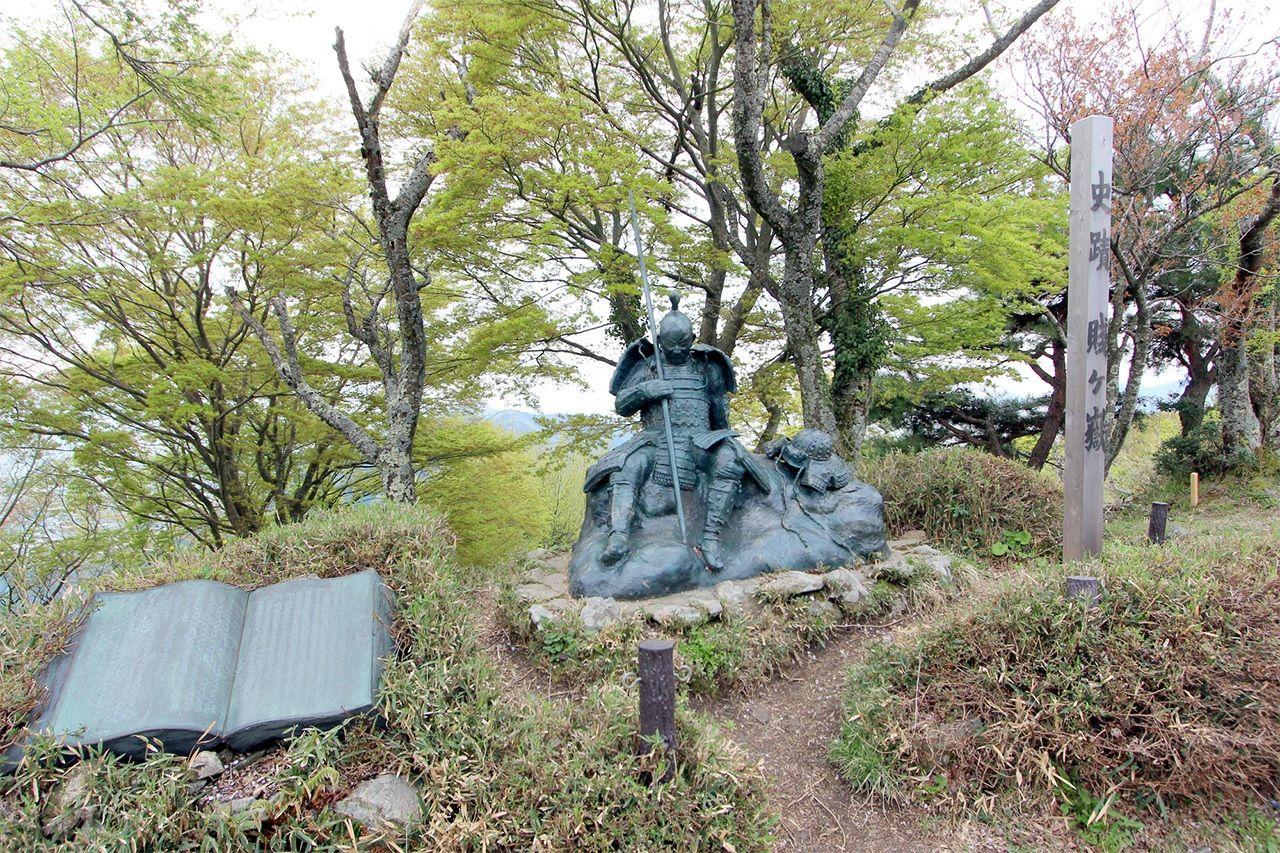 Скульптура военачальника на вершине холма Судзугатакэ (г. Нагахама преф. Сига, Photolibrary)