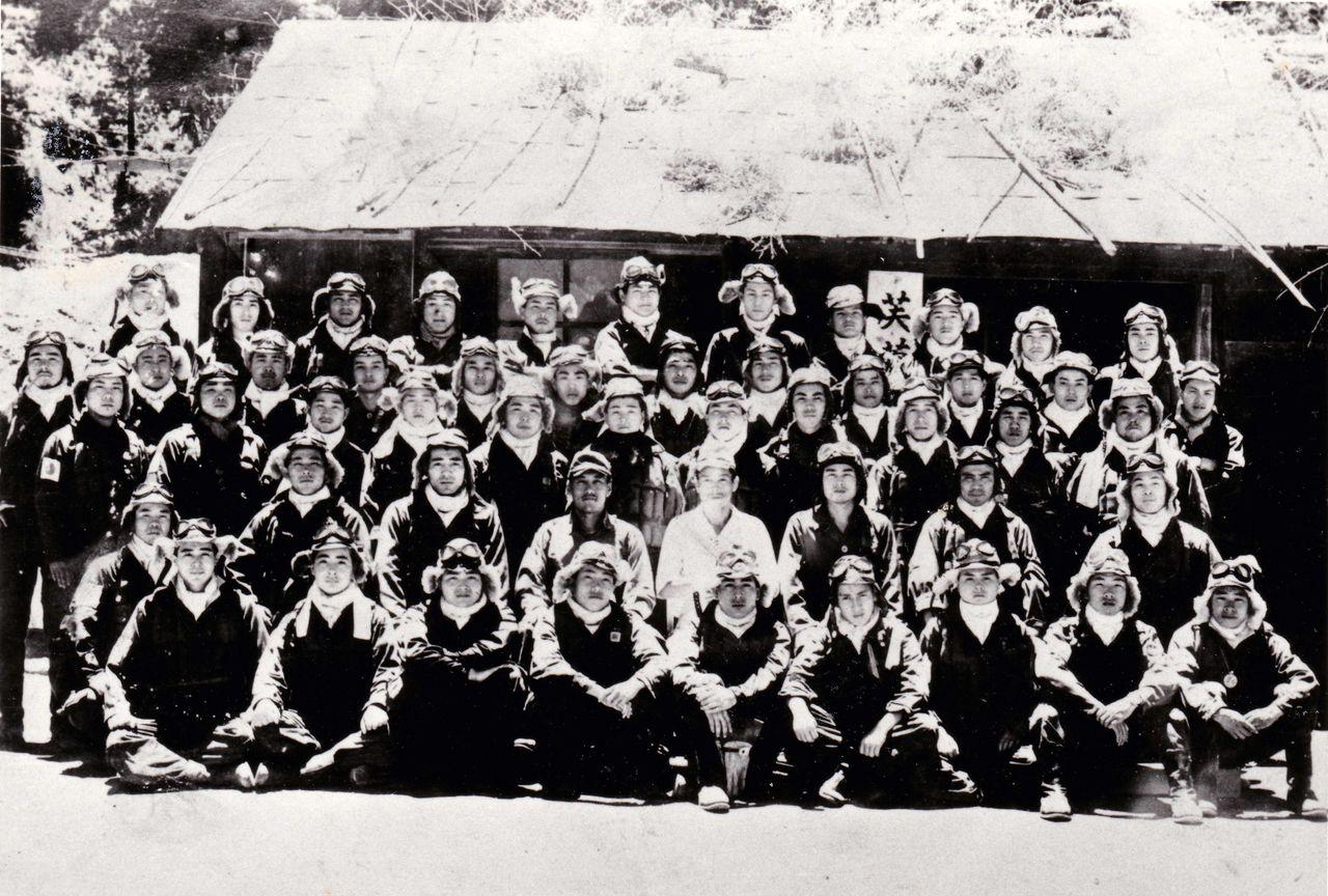 Фотоиллюстрация: памятная фотография отряда «Фуё» перед командным пунктом нааэродроме Ивагава впрефектуре Кагосима. Лейтенант Минобэ вбелой форме всередине второго ряда впереди. Снимок сделан 5июля 1945г., (Jiji Press, предоставил Цубои Харутака)